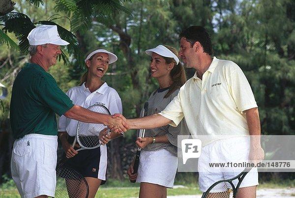 Vier Händeschütteln Tennisspieler