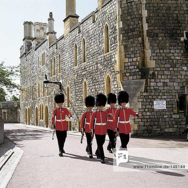 Britischen königlichen Wachen im Schloss  Schloss Windsor  Berkshire  England