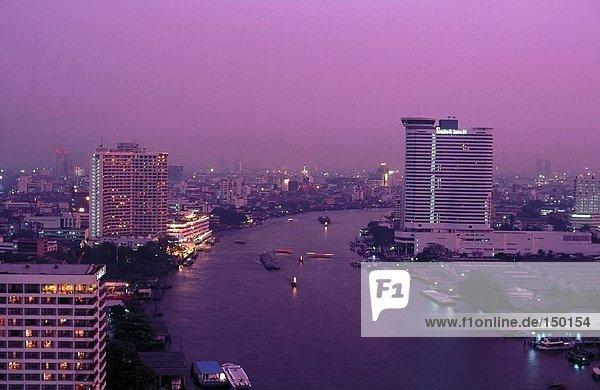 Erhöhte Ansicht der Boote im Fluss  Menam  Bangkok  Thailand