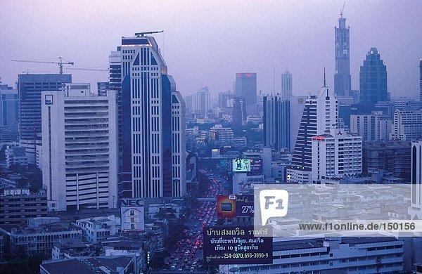 Erhöhte Ansicht des Verkehrs auf Straße in Stadt  Sukhumvit Road  Bangkok  Thailand