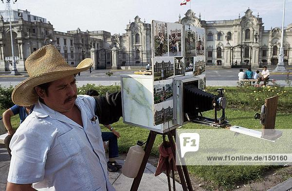 Fotograf Taking Bild mit alten Kamera  Plaza Mayor  Lima  Peru