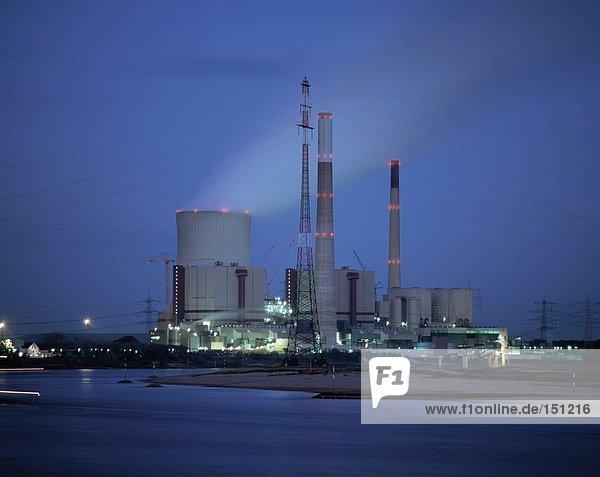 Industrieanlage am Flußufer  Rhein  Voerde  Nordrhein-Westfalen  Deutschland Industrieanlage am Flußufer, Rhein, Voerde, Nordrhein-Westfalen, Deutschland