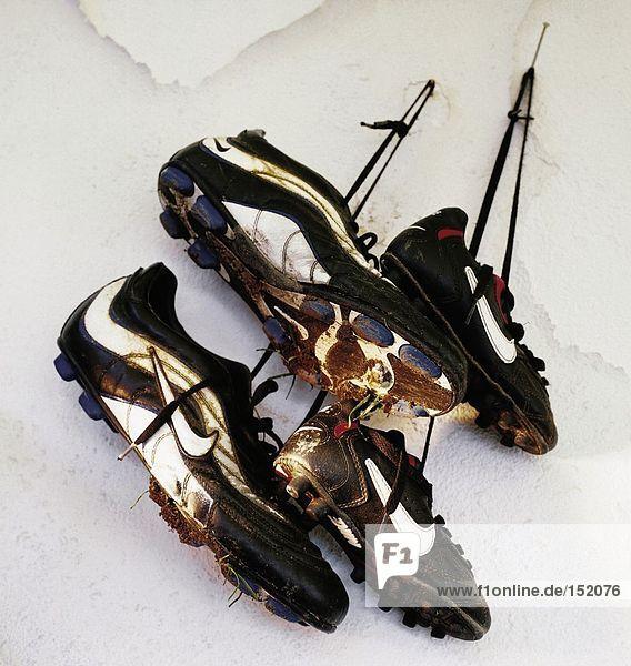 Nahaufnahme von zwei Paar Schuhe in Wand hängen