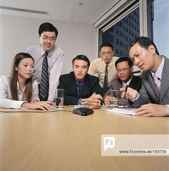 Geschäftsleute  die eine Freisprecheinrichtung suchen