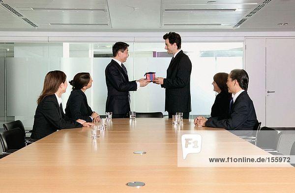 Der Geschäftsmann bekommt ein Geschenk.