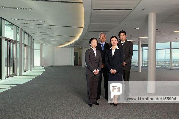 Geschäftsleute im leeren Büro
