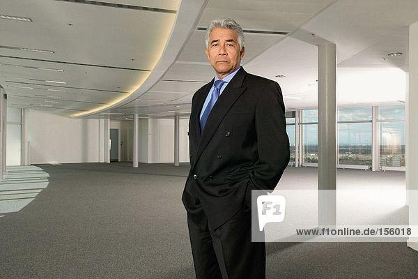 Geschäftsmann im leeren Büro
