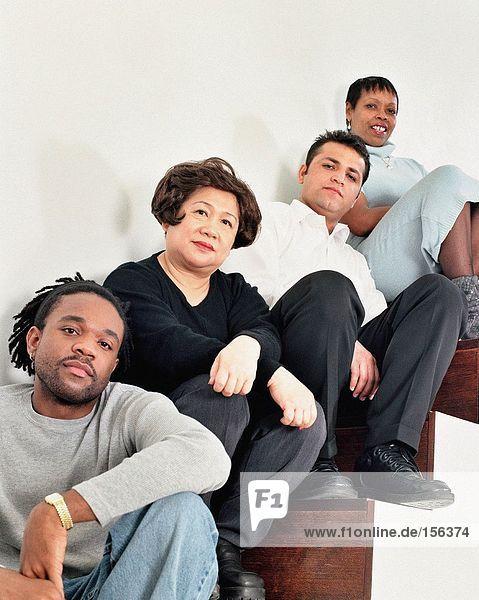 Multirassische Menschen auf der Treppe