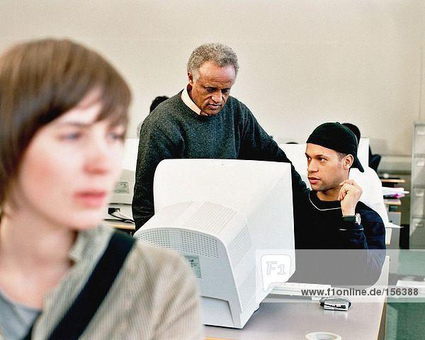Studenten  die Computer benutzen