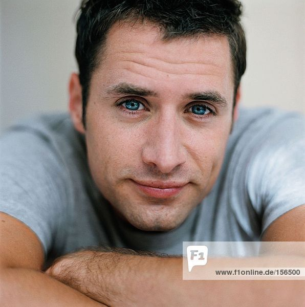 Porträt eines erwachsenen Mannes