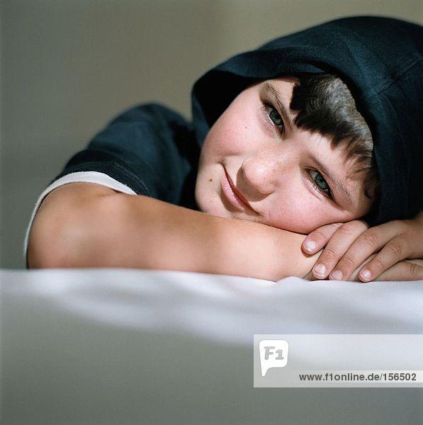 Lächelnder Junge mit Kapuze