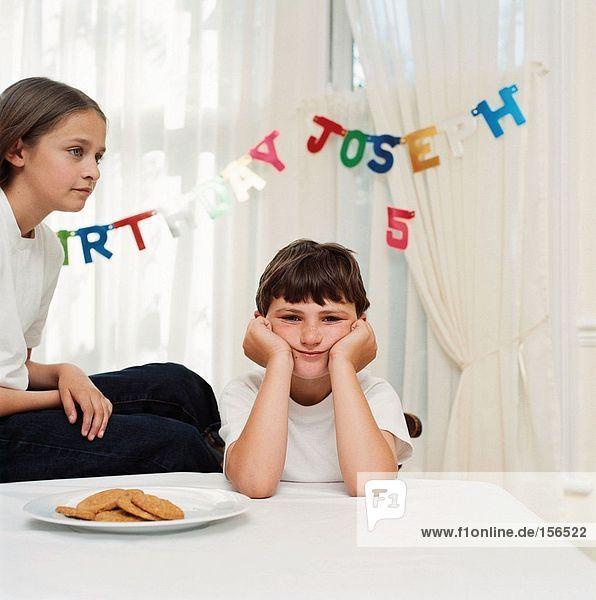 Junge und Mädchen bei der Geburtstagsfeier