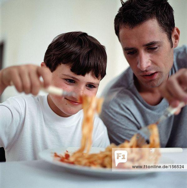 Vater und Sohn beim Spaghettiessen