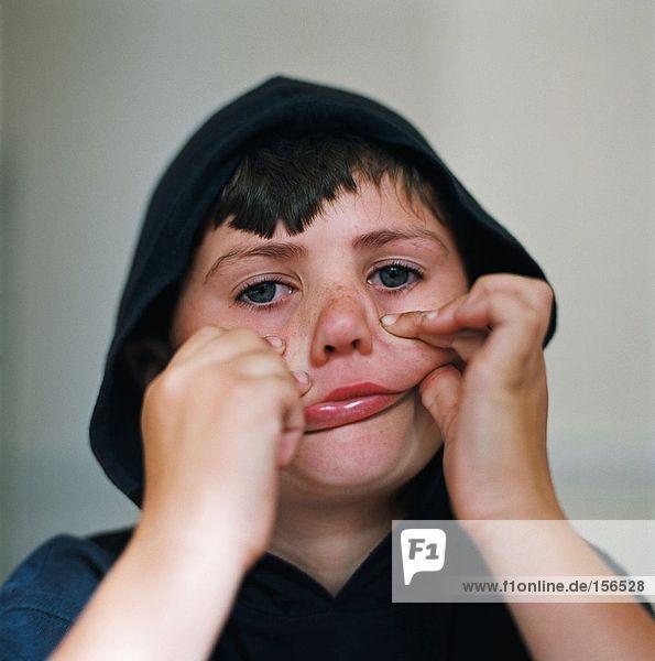 Junge macht Gesichter