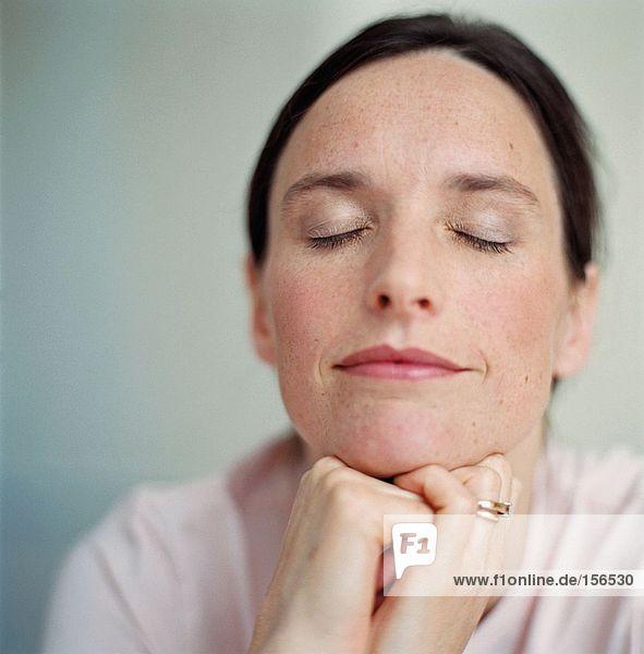 Porträt einer Frau mit geschlossenen Augen