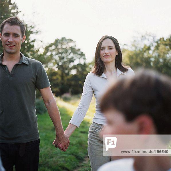 Familienwandern im Feld