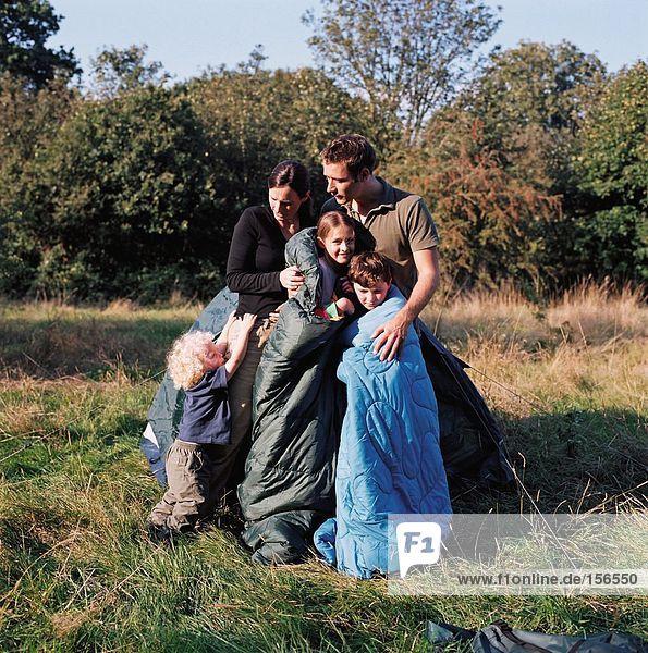 Familie auf einem Campingplatz