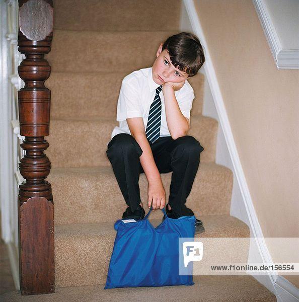 Kind auf der Treppe sitzend