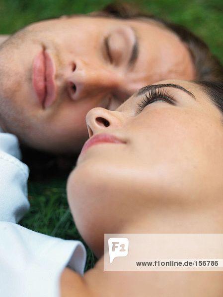 Junges Paar schläft im Feld