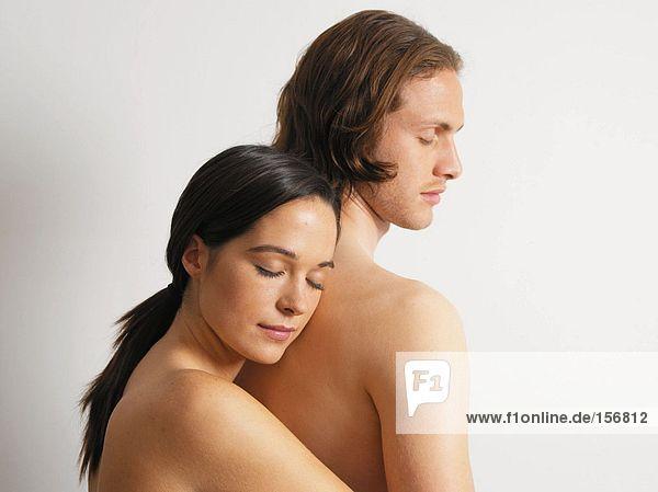 Junge Paare umarmen sich