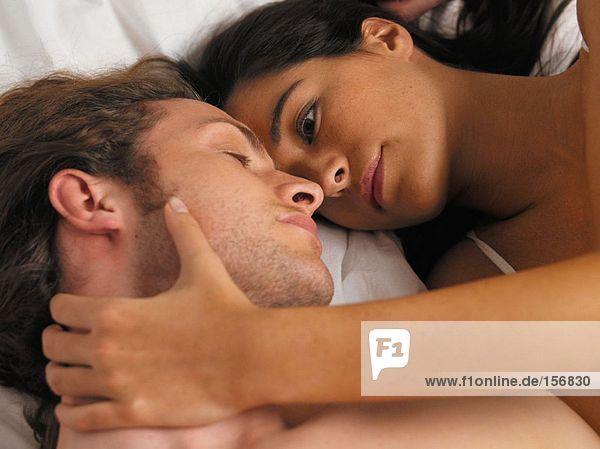 Paar im Bett liegend
