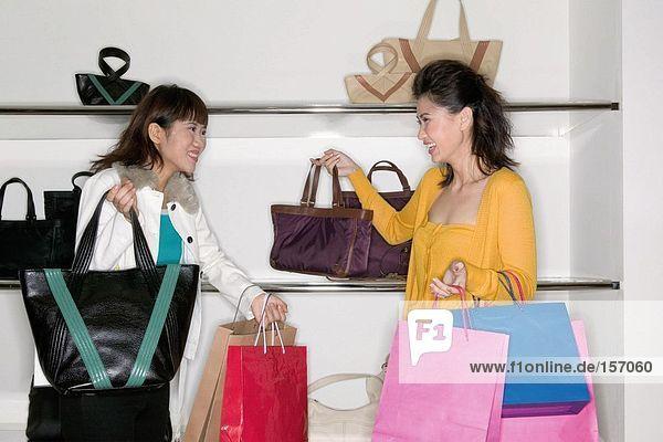 Frauen Einkaufen für Handtaschen