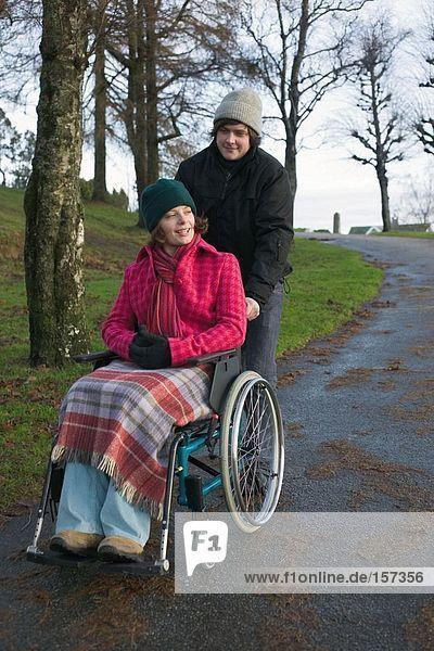 Behinderte Frau und Partnerin im Park