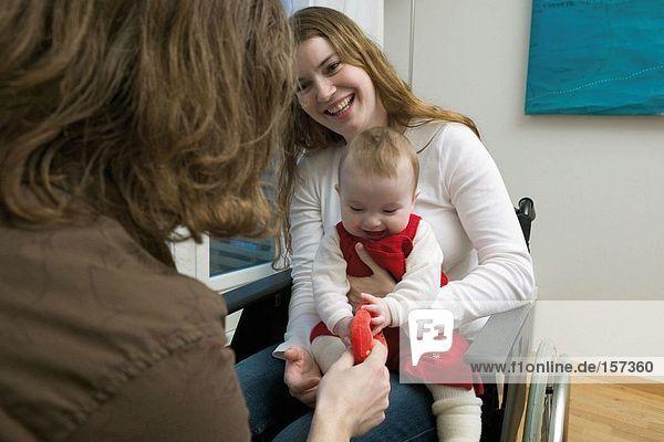 Behinderte Frau mit Baby