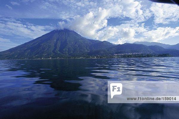 See mit Vulkan im Hintergrund  Lake Atitlan  San Pedro La Laguna  Mexiko-Guatemala