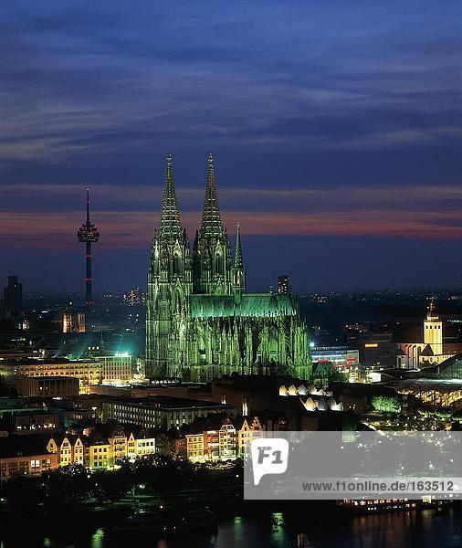 Gebaude Mit Kathedrale Beleuchtet Nachts Kolner Dom Koln Rhein Nordrhein Westfalen Deutschland