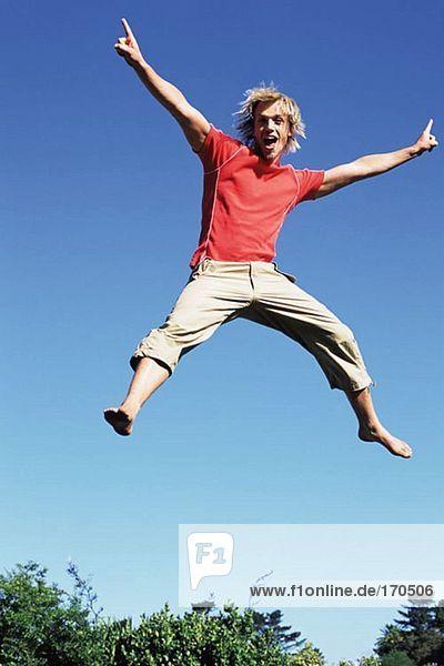 Junger Mann springt