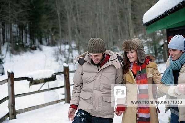 Freunde beim Wandern im Schnee