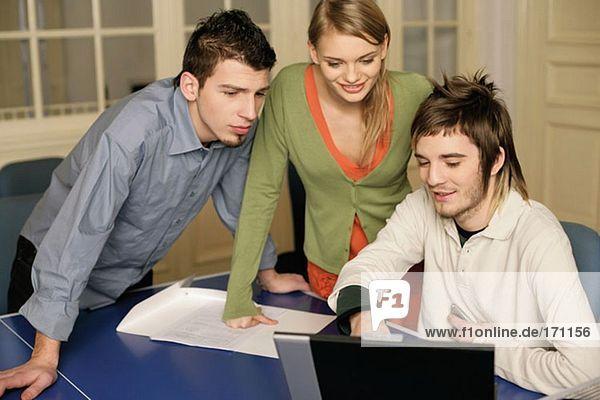 Kollegen beim Blick auf den Computer