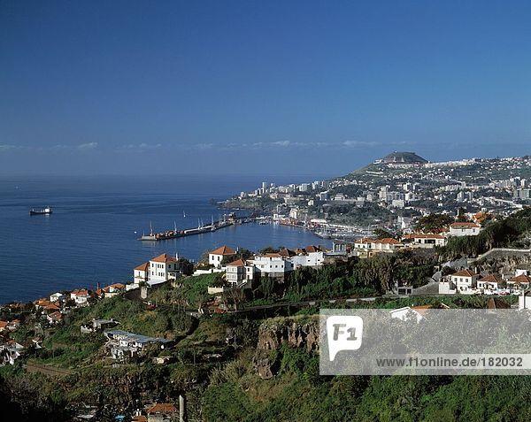 Stadt an der K??ste unter klaren blauen Himmel  Funchal  Madeira Island  Portugal