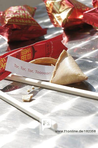 Nahaufnahme-Tor Fortune ragte aus Fortune cookie