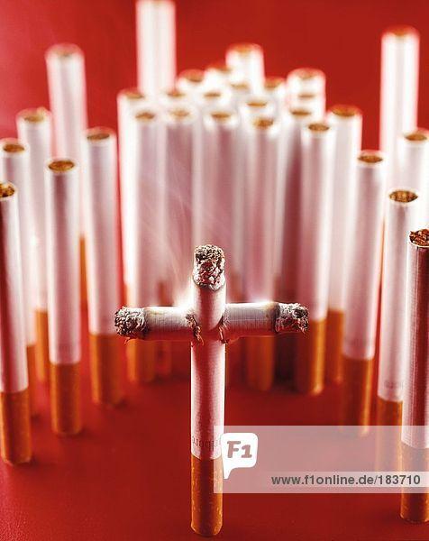 Nahaufnahme des cross  die von Zigaretten