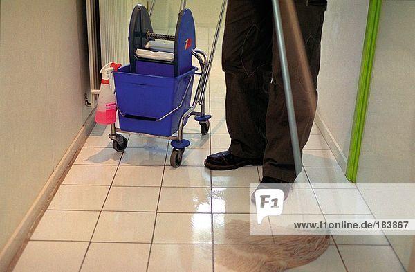 Fußboden Richtig Wischen ~ Niedrige schnittansicht des arbeitnehmers boden wischen gi