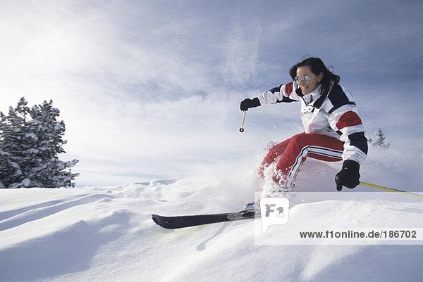 Frau beim Skifahren im Schnee