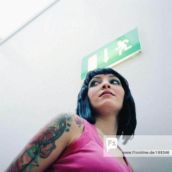 Frau mit tätowiertem Arm