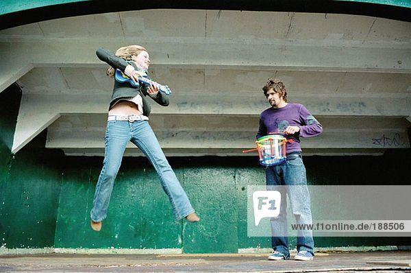 Paar spielt Luftgitarre auf der Bühne