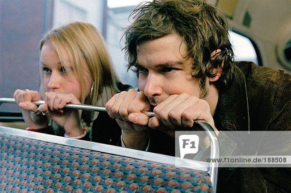 Paar im Bus sitzend
