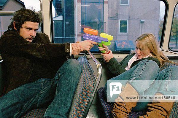 Paar mit Wasserpistolen