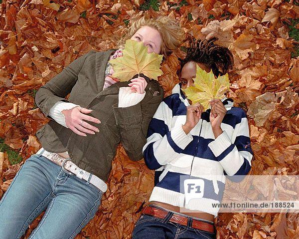 Frauen auf Blättern liegend