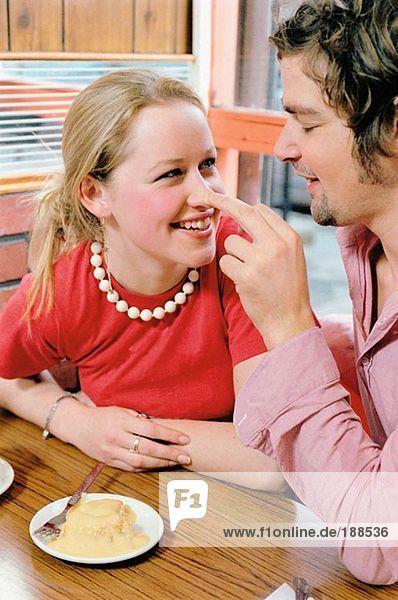 Paar spielt im Cafe