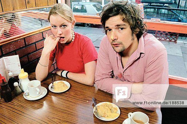 Paar mit Dessert im Café
