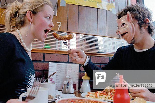 Pärchen essen im Cafe