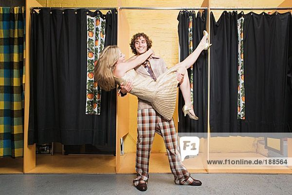 Retro-Paar tanzt im Bekleidungsgeschäft