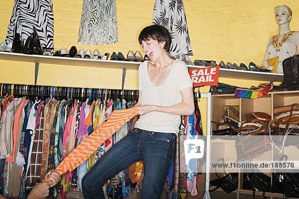 Frauen kämpfen bei einem Kleiderverkauf