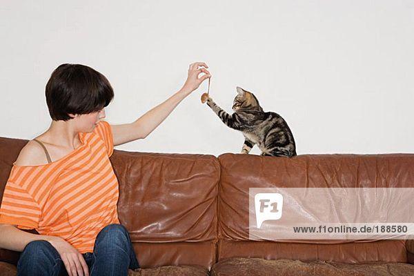 Frau spielt mit ihrer Katze