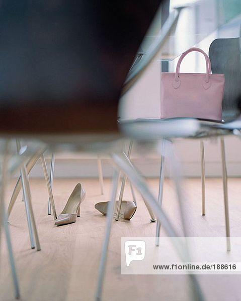 Rosa Handtasche auf Stuhl
